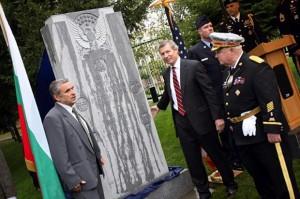 Паметник на американските летци , избили няколко хиляди софиянци и българските летци от паметника в ляво